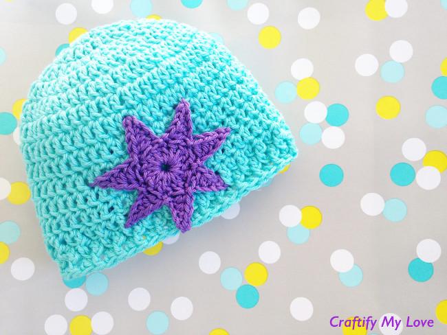 L'image montre un chapeau pour nouveau-né au crochet qui est très mignon et facile à faire.