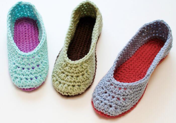 Chaussons en crochet - Un modèle de pantoufle en crochet gratuit disponible dans les tailles américaines pour femmes de 4 à 11!