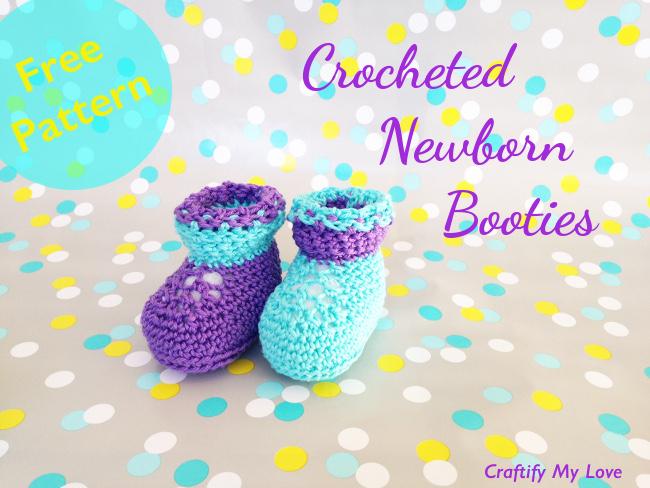 L'image montre des chaussons pour nouveau-nés au crochet qui sont très mignons et faciles à fabriquer.