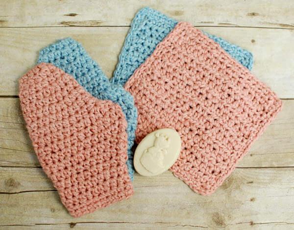 Cet ensemble de gants de toilette et de gants de bain au crochet fonctionne rapidement et constitue un excellent cadeau!