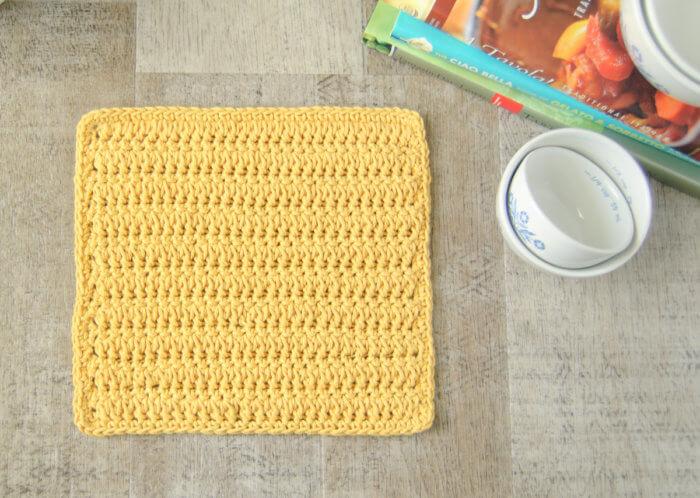 Ce motif de torchon au crochet en point de croix fourchu crée un design magnifiquement texturé et réversible.