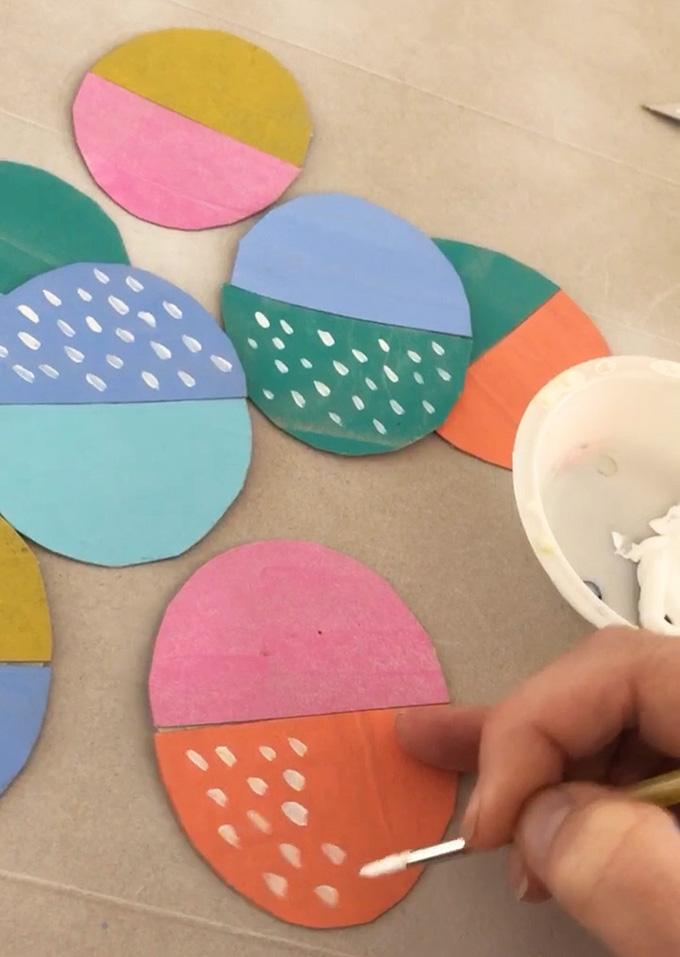 Faites une simple guirlande d'oeufs avec du carton de boîte de céréales peint.