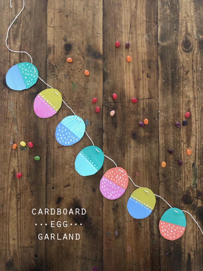 Réalisez une guirlande d'œufs avec du carton de boîte de céréales peint.