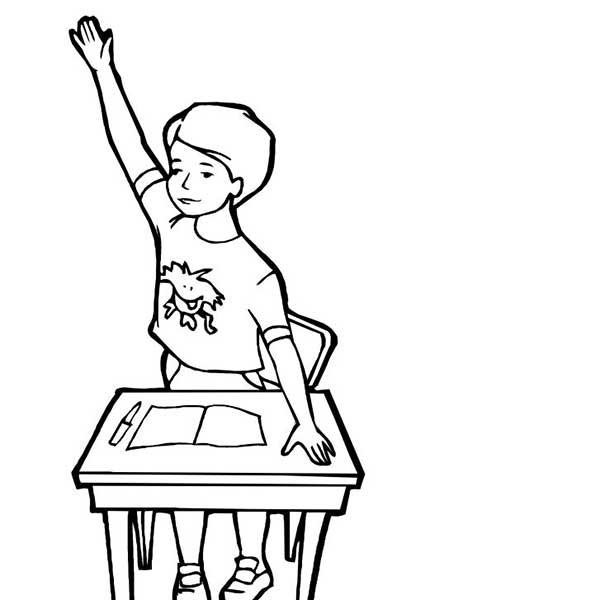 Élève levant la main pour répondre à la question pendant les cours à l'école.