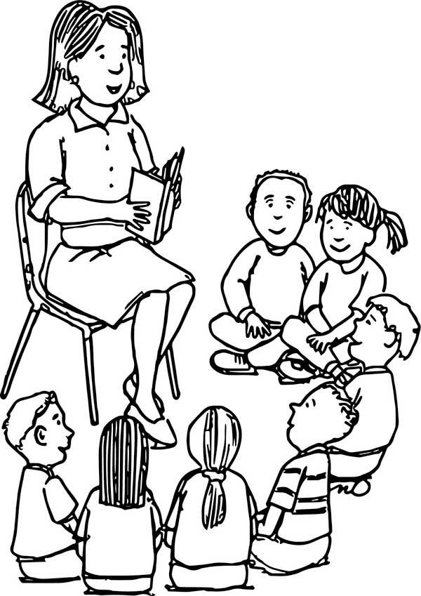 Les élèves se sont réunis pour entendre l'histoire que l'enseignant racontera en lisant le livre.