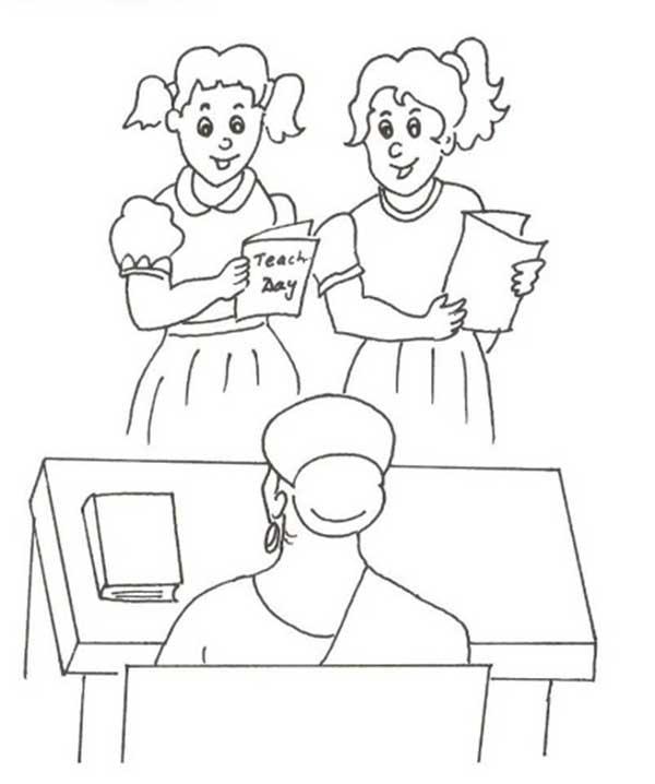 Les élèves vérifient le résultat du test avec l'enseignant.