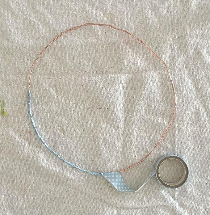 Réalisez des couronnes délicates et charmantes en utilisant du fil de fer artisanal et du ruban washi coloré.