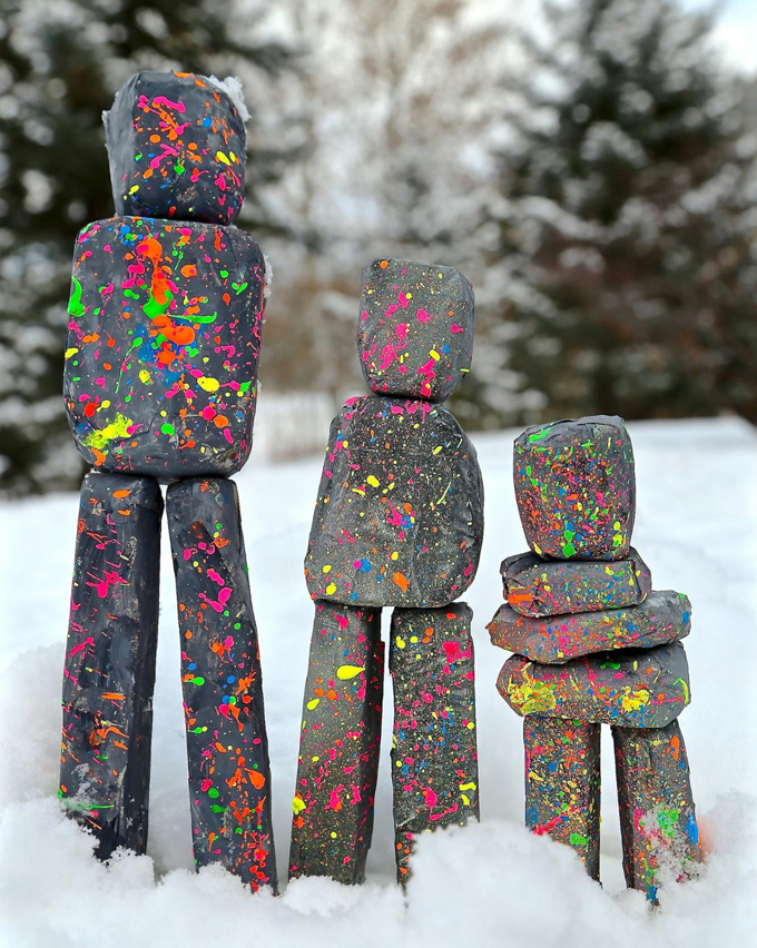 Sculptures en papier mâché réalisées par des enfants, inspirées de l'artiste Ugo Rondinone.