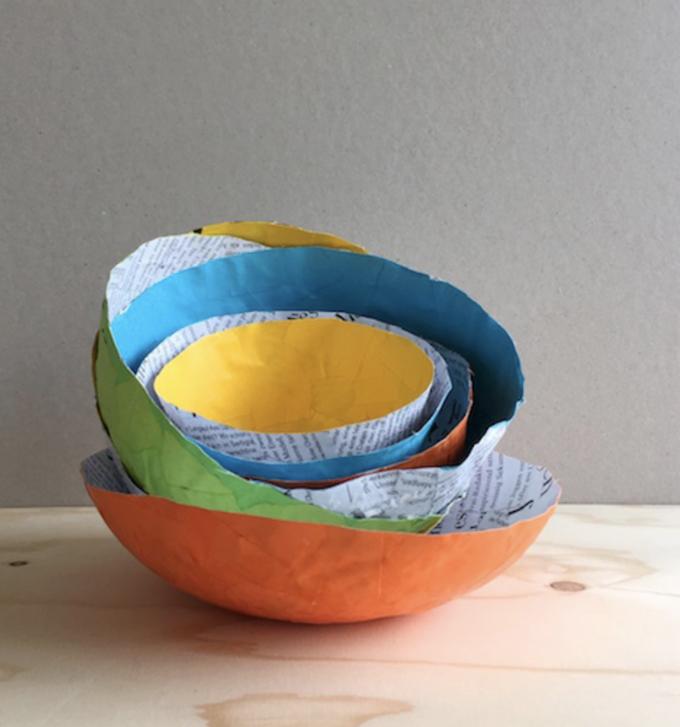 Tutoriel de bols en papier mâché coloré et facile.