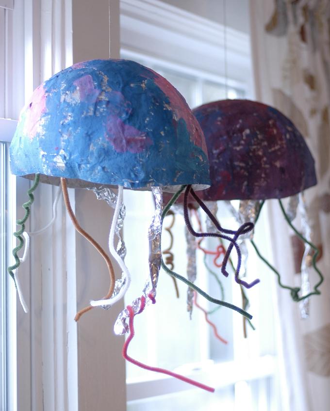 Projet d'art de méduses en papier mâché pour les enfants.