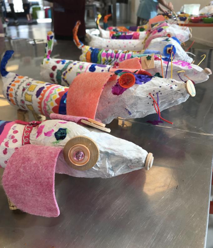 Projet de chiens weiner en papier mâché pour les enfants.