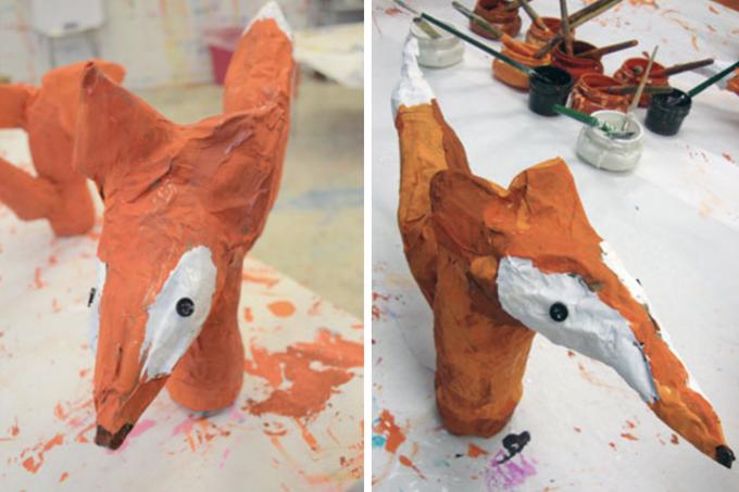 Des renards en papier mâché fabriqués par des enfants.