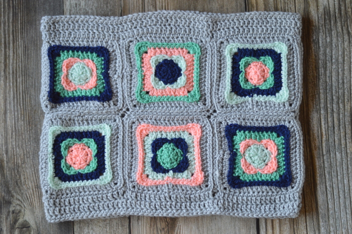 Modèle de crochet GRATUIT : Granny Square Cowl - Fabriqué avec un peu de classique et beaucoup de moderne, ce joli capuchon est parfait pour les mois les plus froids.